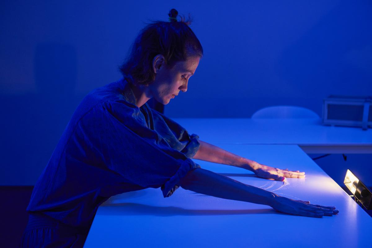 TOI (Elpida Orfanidou) performing at the C-Takt#5 Festival in Genk. Photo by Sarah Duby.